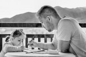 niña y padre dibujando